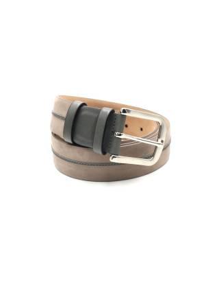 Мужской ремень из нубука бежевого цвета с кожаным элементом серого цвета, пряжка цвета хром