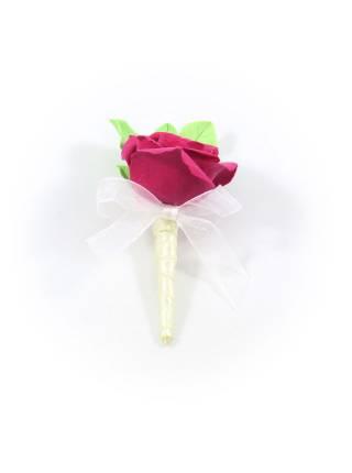 Свадебная бутоньерка алая роза c зелеными листьями