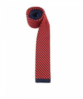 Вязаный галстук красного цвета в синюю полоску