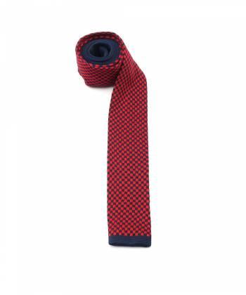 Вязаный галстук красного цвета в темно-синюю клетку