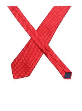 Красный галстук в полоску с белой рябью
