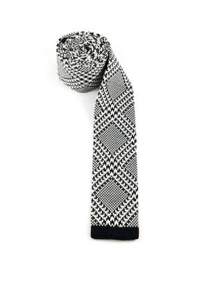 Вязаный галстук черно-белого цвета в ромб