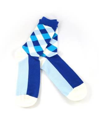 Бело-голубые носки в ромб